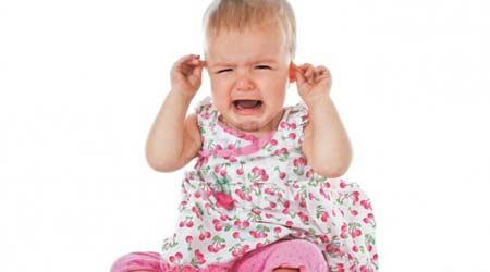 Если у ребенка болит ухо — возможно это отит