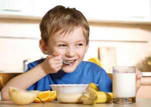 Як привчити дитину снідати