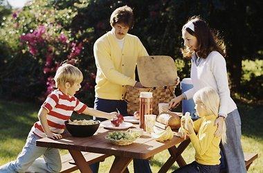 Вітаміни: чи потрібні вони дитині влітку?