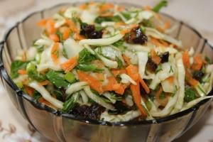 Салат из белокочанной капусты и чернослива