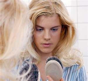 Проблема випадіння волосся у жінки після пологів