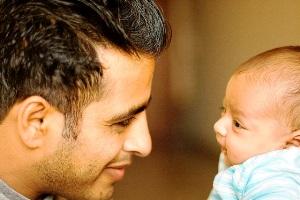 Догляд за дитиною змушує чоловіків відчувати, як жінки