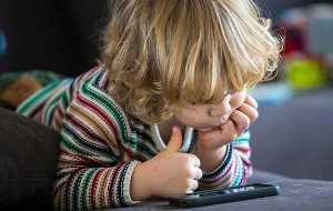 Доведено, що захоплення планшетами і смартфонами уповільнює розвиток дітей