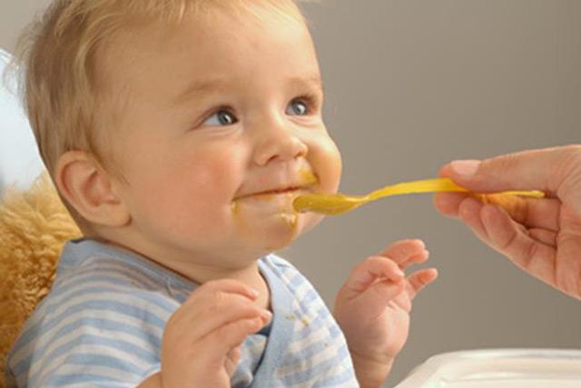 Дитина давиться їжею