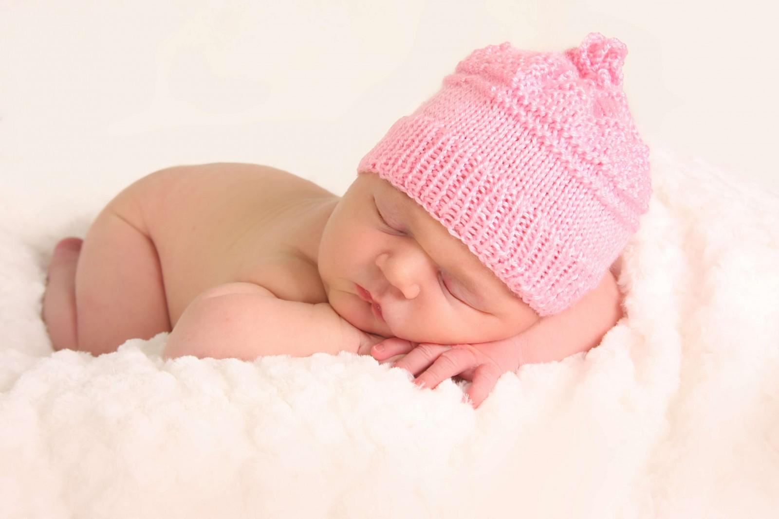 Положення в ліжечку дитини – від тижня до місяця